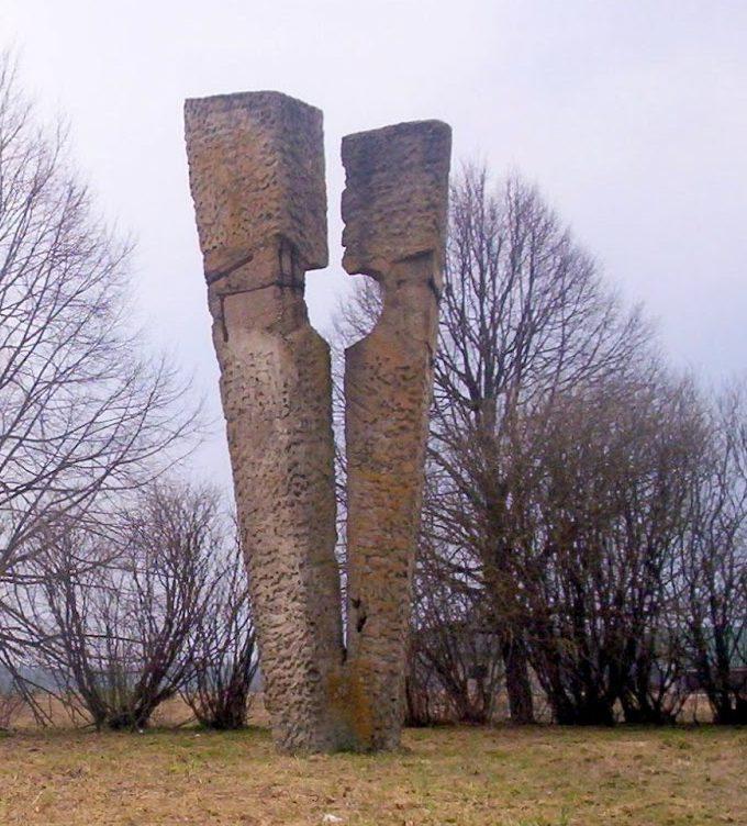 г. Шальчининкай. Памятник «Разорванное сердце» в честь комсомольцев, погибших в годы войны.