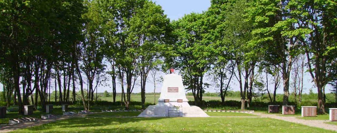 п. Гиркальнис Расейняйского р-на. Памятник на кладбище советских воинов, где похоронено 904 воина 5-го и 113-го гвардейских стрелковых корпусов, погибших в окрестностях Гиркальниса.