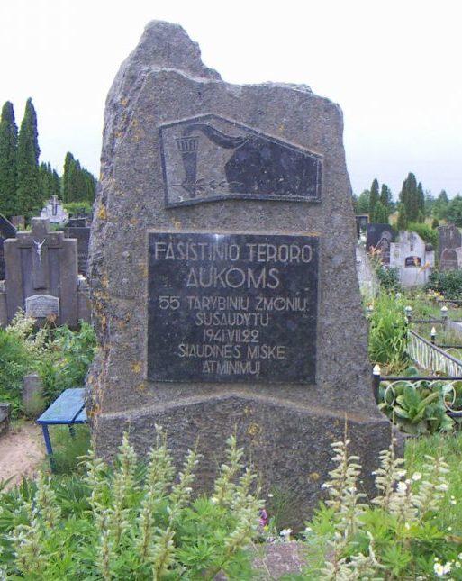 п. Папиле Акмянского р-на. Памятник на братской могиле, в которой похоронено 55 жертв фашистского террора, расстрелянных в Щяудинском лесу 22.07.1941г.