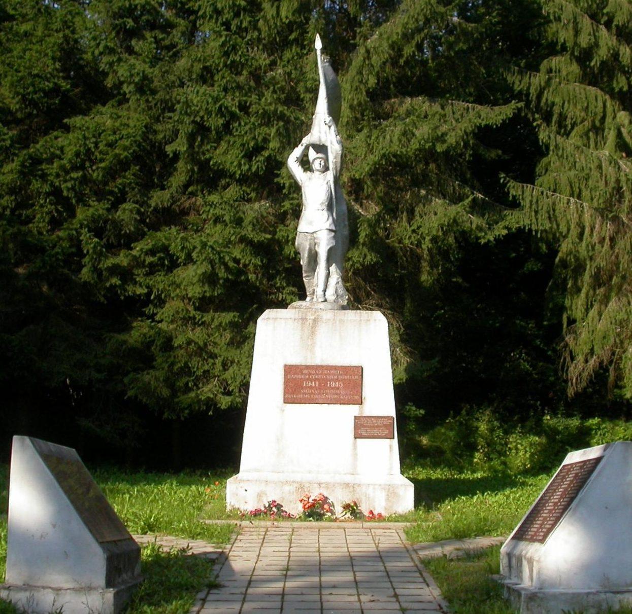 Памятник на кладовище.