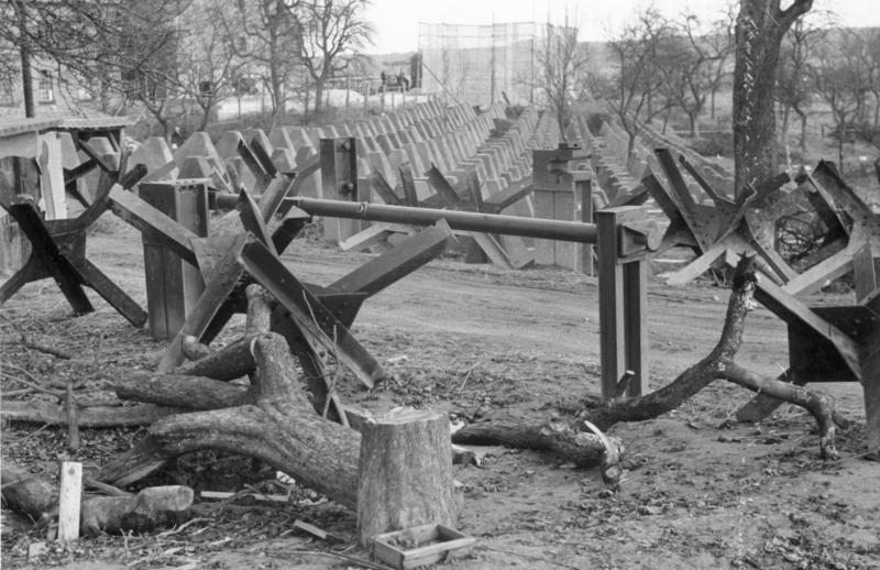 Блокпост через линию противотанковых заграждений. Штайнфельд. Март, 1940 г.