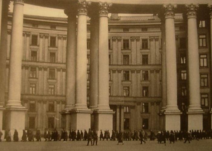 Советские военнопленные проходят по Михайловской площади. Сентябрь, 1941 г.