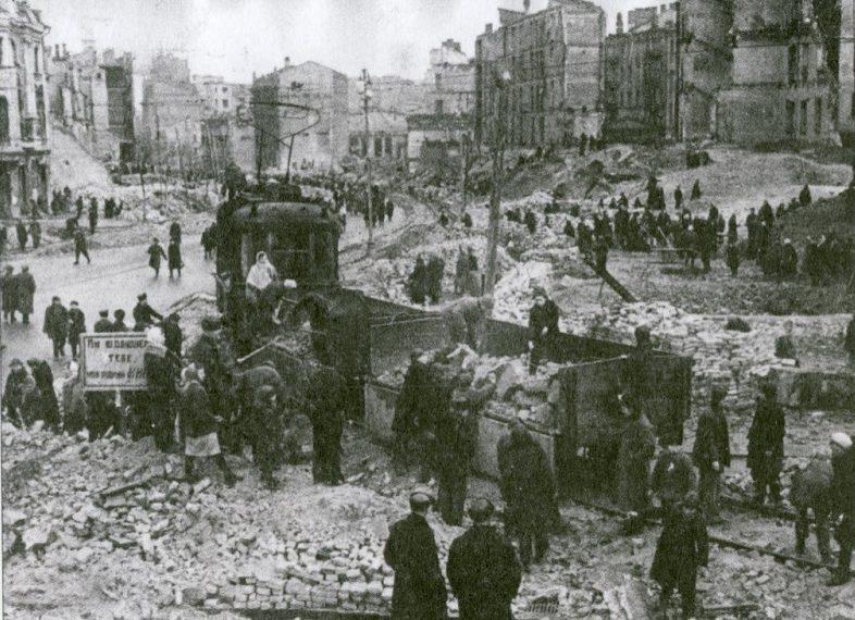 Расчистка улиц от руин. 1943 г.