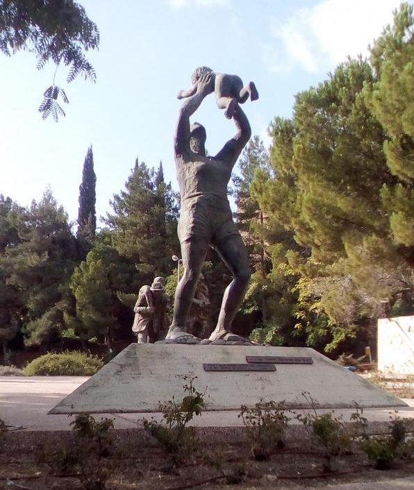 Скульптура женщины с маленьким ребёнком символизирует надежду на спасение.