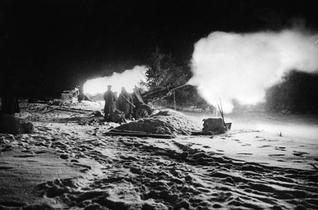 Советская артиллерия ведет огонь под Нарвой.