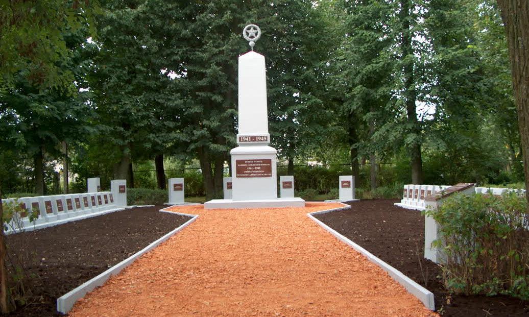 г. Эйшишкес Шальчининкайского р-на. Памятник на воинском кладбище, где похоронен 61 воин, погибший при освобождении города в 1944 году, и 18 неизвестных артиллеристов, павших 23 июня 1941 года во время боёв за город.