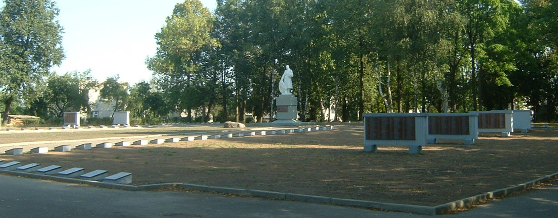 г. Расейняй Расейняйского р-на. Воинское захоронение по улице Вильняусг, где захоронено 1 101 воин, в т.ч. 12 неизвестных, 39-й армии 3-го Белорусского и 2-й гвардейской армии 1-го Прибалтийского фронтов, погибших на плацдарме Расейняй–Ваджгиряй.