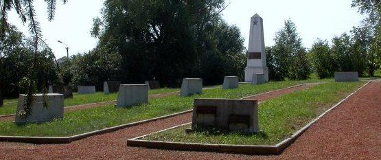 п. Гинкунай Шяуляйского р-на. Воинское кладбище на территории кладбища «вольнодумцев», где похоронены останки 1012 советских воинов, в т.ч. 670 неизвестных.