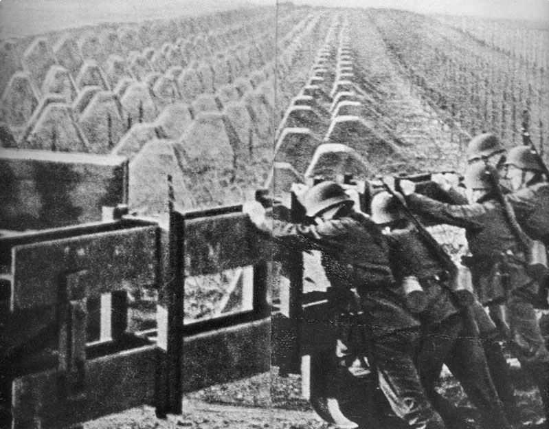 Солдаты закрывают проезд через линию заграждения.