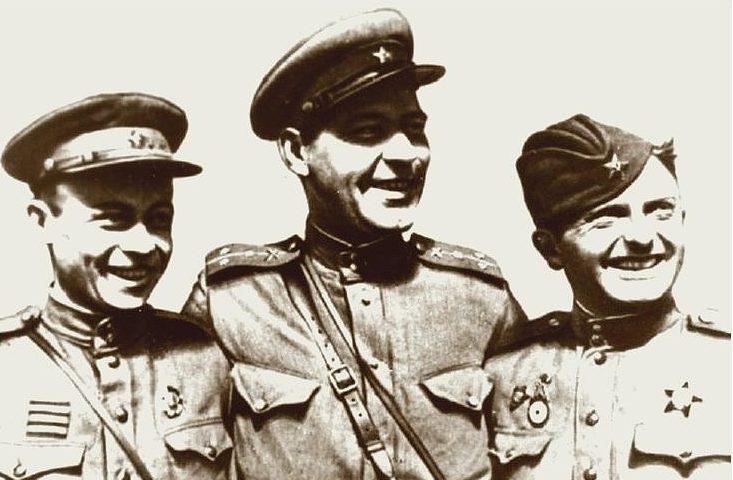 Снайпер Г.Симачук (слева), корреспондент фронтовой газеты Георгиев и снайпер Ф. Дяченко. Ленинградский фронт. 1943 г.