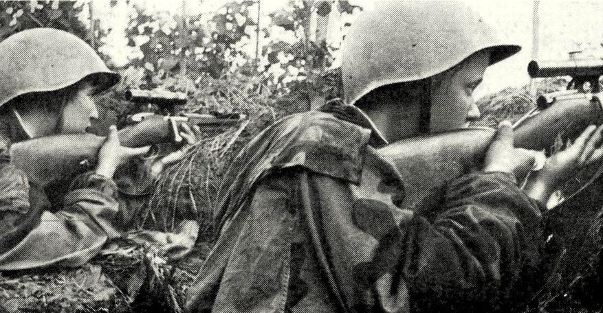 Снайперы Крестьянинова Полина (слева) и Анна Носова на боевой позиции.