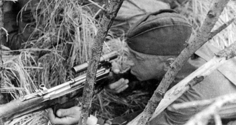 Снайпер 110-й стрелковой дивизии М.В. Спирин с СВТ-40 на позиции.