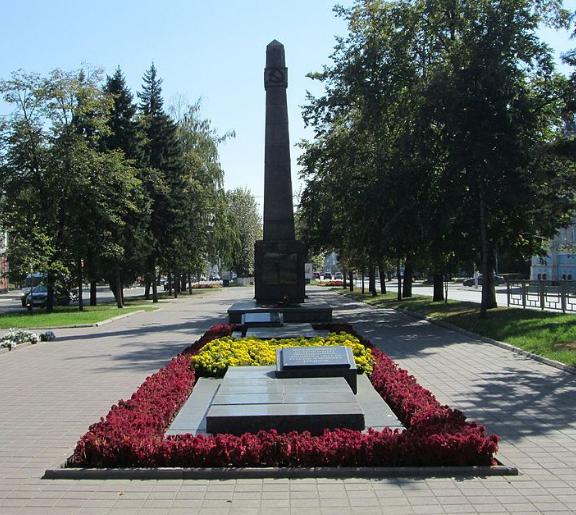 г. Барнаул. Памятник на братской могиле погибших в годы Великой Отечественной войны, установленный на проспекте Ленина, 18.