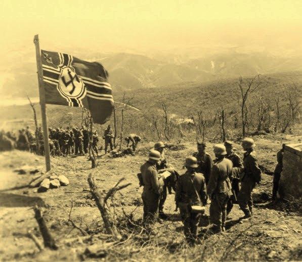 Немцы у захваченной крепости.