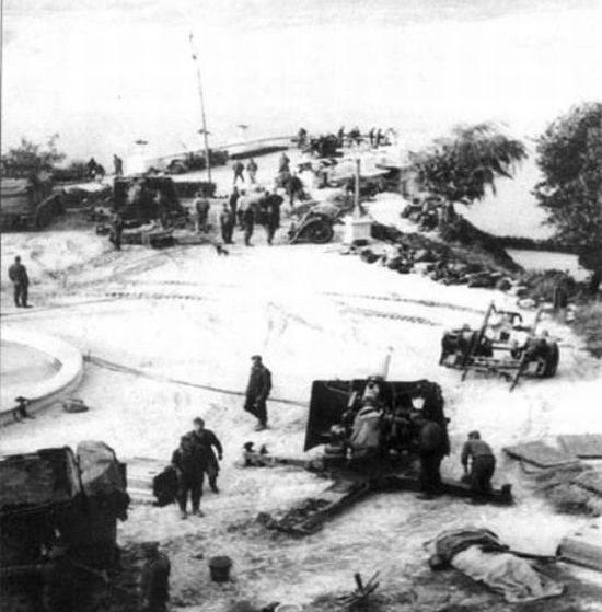 Немцы разворачивают зенитную батарею на смотровой площадке в Пионерском парке. Сентябрь 1941 г. Сейчас на этом месте арка «Дружбы народов».