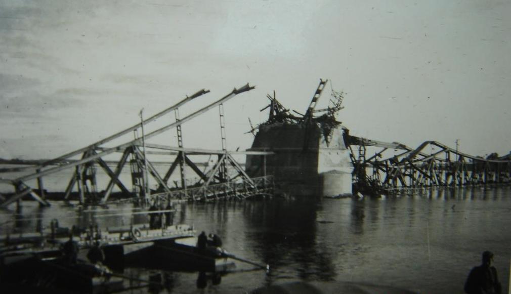 Мост им. Е. Бош, взорванный отступающими красноармейцами. Сентябрь, 1941 г.