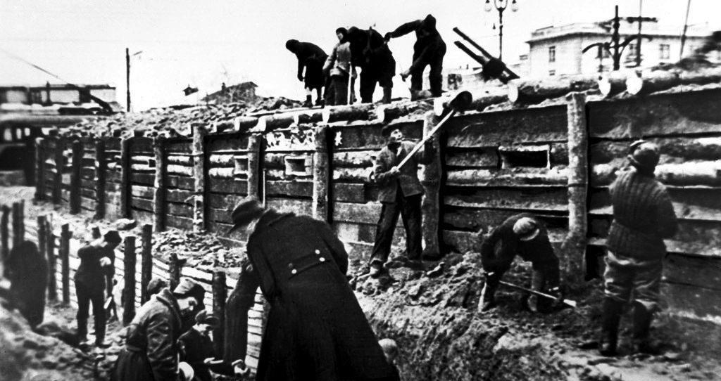 Москвичи строят укрепления на Ленинградском шоссе. Осень, 1941 г.
