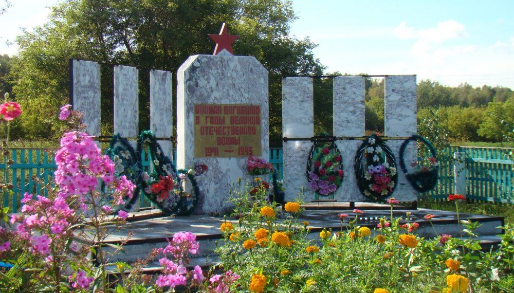с. Черемшанка. Ельцовского р-на. Памятник погибшим 143 односельчанам установлен в 2006 году. Бетонная дорожка и ступени ведут к мраморной стеле со звездой, по обе стороны которой – списки погибших односельчан на мраморных плитах.