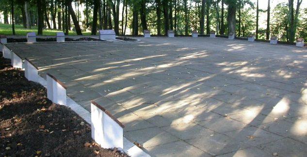 г. Пабраде Швянченского р-на. На воинском кладбище по улице Бажничес похоронено 36 воинов, в т.ч. 3 неизвестных.