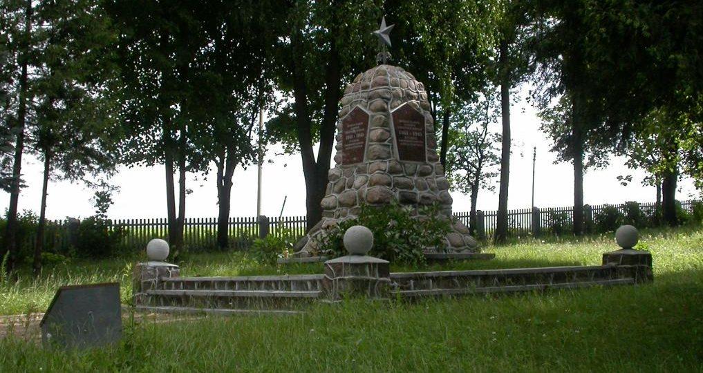 п. Шилува Расейняйского р-на. Памятник на воинском кладбище, где похоронены 173 воина 2-й армии, в т.ч. 1 неизвестный.