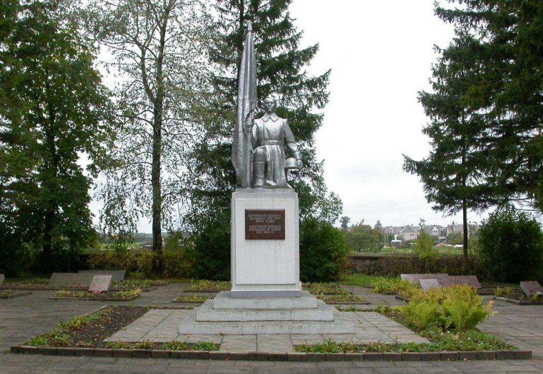 г. Рокишкис. Памятник по улице Лаукупег на кладбище, где похоронены 298 советских воинов 67-й гвардейской стрелковой дивизии 2-го стрелкового корпуса 6-й гвардейской армии, погибших в конце июля 1944 года у железнодорожного вокзала. Среди них – 83 неизвестных.