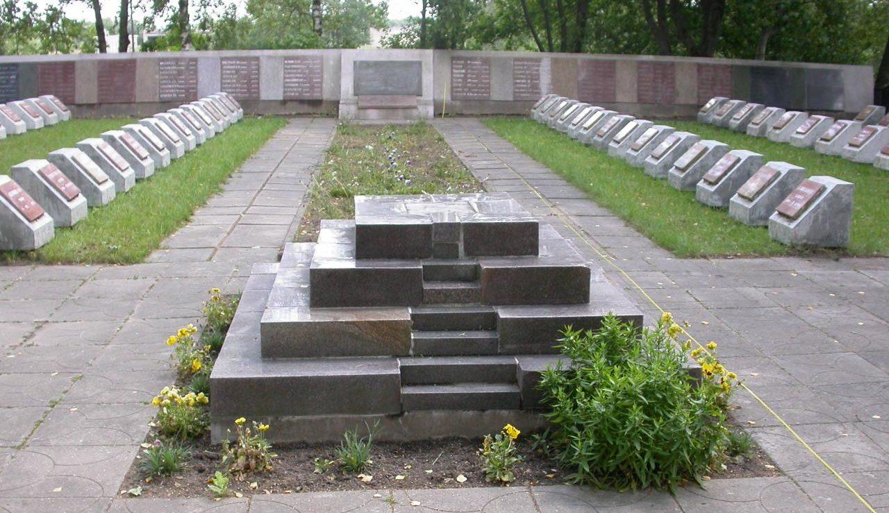г. Плунге. Воинское захоронение у дороги Шяуляй-Паланга, где похоронены 223 воина, погибшие при освобождении города в октябре 1944 года. Среди них - 34 неизвестных. Ранее установленный памятник снесен.