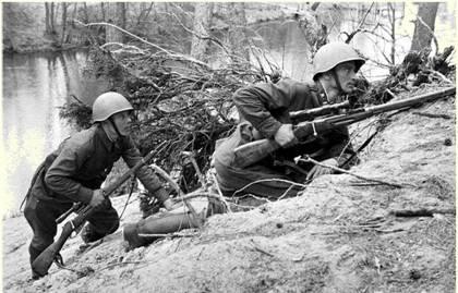 Снайперы сержант П.Бедаш и ефрейтор И.Плехов выдвигаются на огневую позицию. Ленинградский фронт. Май 1942 г.