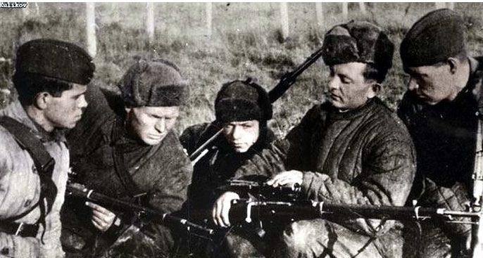 Снайпер Ф. Дьяченко среди молодых снайперов.