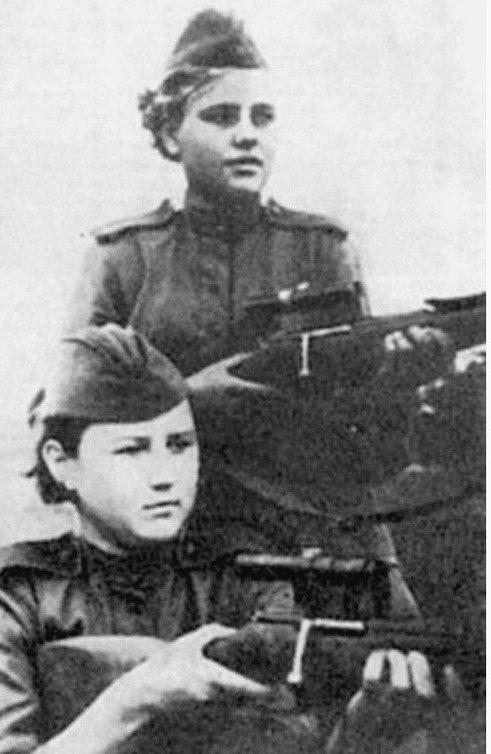 Снайперы Алия Молдагулова (слева) и Анна Яковлева.