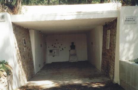 Главный вход в крепость с бюстом коменданта майора Александроса Анагностоса.