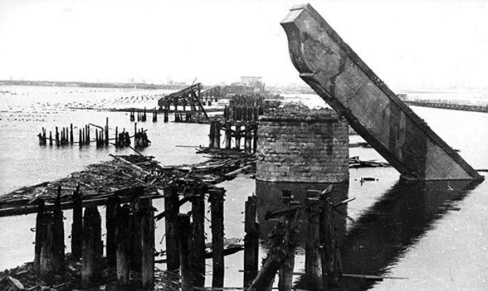 Еще не восстановленный Наводницкий мост. 1944 г.