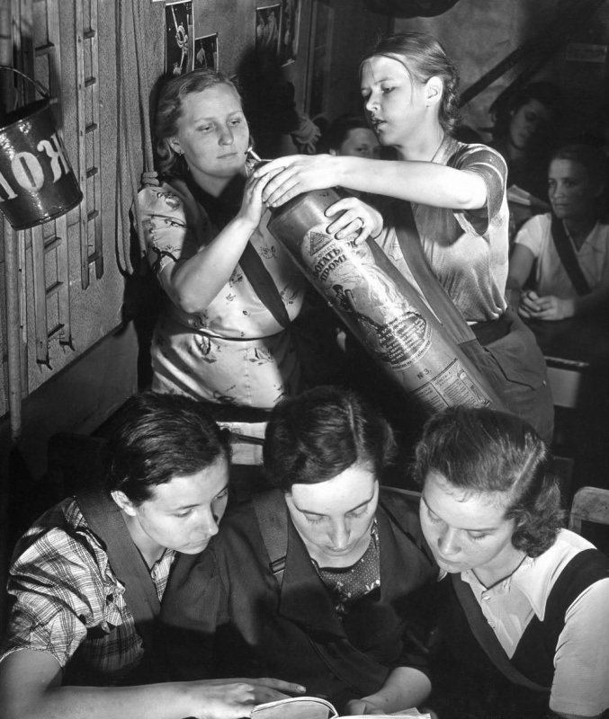 Москвички на курсах по гражданской обороне. Сентябрь, 1941 г.