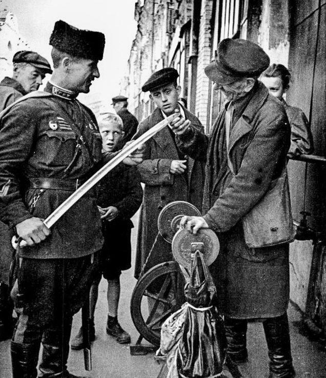 Точильщик. Никольская улица. Осень, 1942 г.