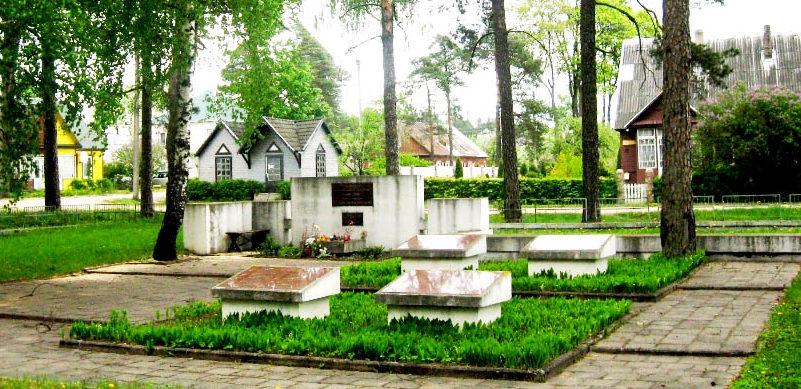 г. Швенчёнеляй. Братская могила советских воинов.