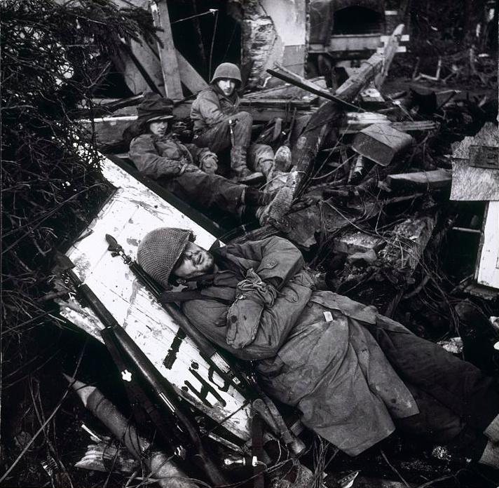 Американские солдаты на отдыхе среди руин линии Зигфрида в долине Роны. Февраль, 1945 г.