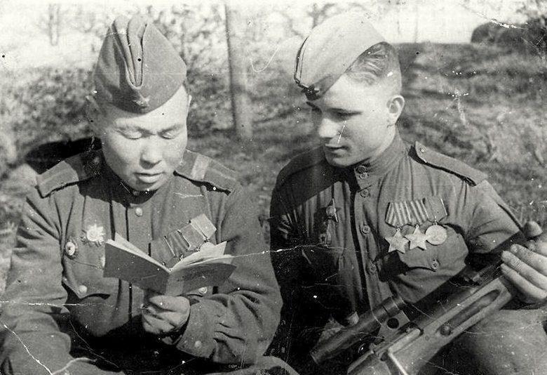 Снайперы Кульбертинов Иван (слева) и Побережный Иван.