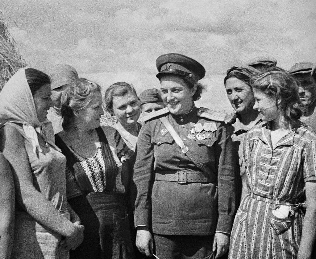 Л. Павличенко во время встречи с рабочими под Одессой. Август 1944 г.