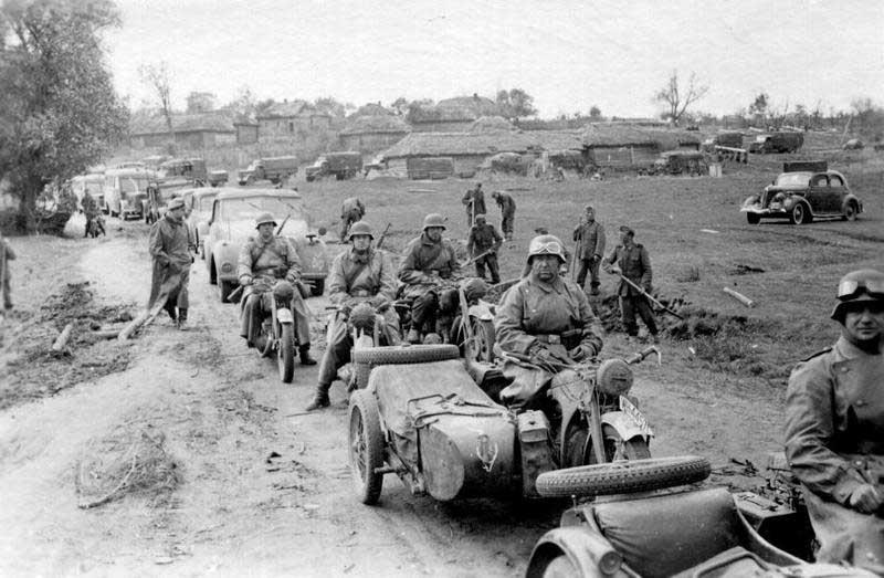 Колонна в деревне. Россия. 1941 г.