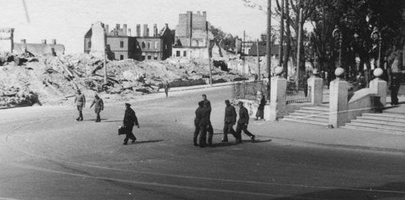 Вход в Центральный сквер, угол улиц Энгельса и Советской. Осень, 1941 г.