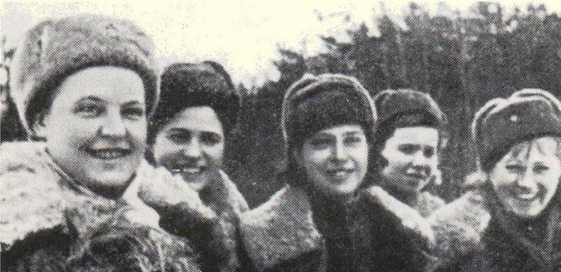 Снайперы, слева направо: А.Шляхова, Л. Ветрова, Н.Белоброва, И. Голиевская, В. Артамонова. Все вместе уничтожили 350 противников.