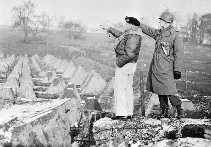 Фельдмаршал Монтгомери с генерал-майором Симпсоном осматривают «зубы дракона» на линии Зигфрида. 1944 г.