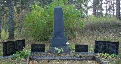 п. Тренчи, волость Бабитес. Обелиск на братской могиле, где похоронено 50 воинов, погибших в годы войны.