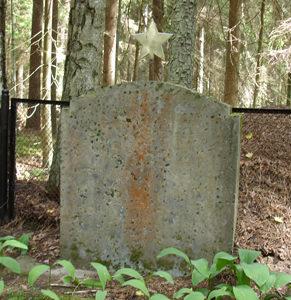 х. Аматниеки, волость Сидрабенес, край Озолниеку. Памятник на братской могиле, в которой похоронено три неизвестных летчика.