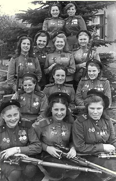 Снайперы 3-1 ударной армии- кавалеры ордена Славы, слева направо:1-й ряд – старший сержант В.Н.Степанова (20 побед), старший сержант Ю.П.Белоусова (80 побед), старший сержант А.Е. Виноградова ()82 победы), 2-й ряд – младший лейтенант Е.И. Жибовская (24 победы), старший сержант К.Ф.Маринкина (79 побед), старший сержант О.С. Мартенкина (70 побед), 3-й ряд – младший лейтенант Н.П.Белоброва (70 побед), лейтенант Н.А. Лобковская (89 побед), младший лейтенант В.И. Артамонова (89 побед), старший сержант М.Г. Зубченко (83 победы), 4-й ряд – сержант Н.П. Обуховская (64 победы), сержант А.Р. Белякова (24 победы). Берлин, май 1945 г.