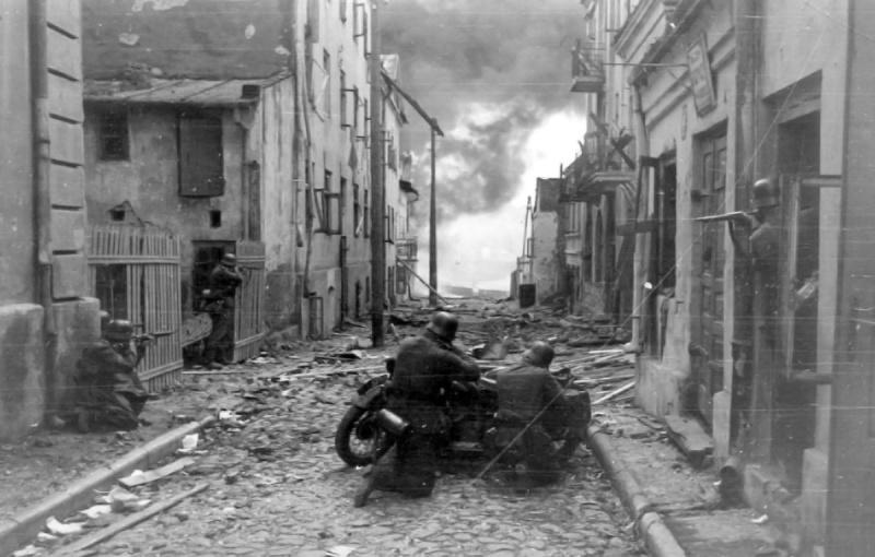 Укрытие за мотоциклом BMW R12. Польша, г. Сохачев. 1939 г.