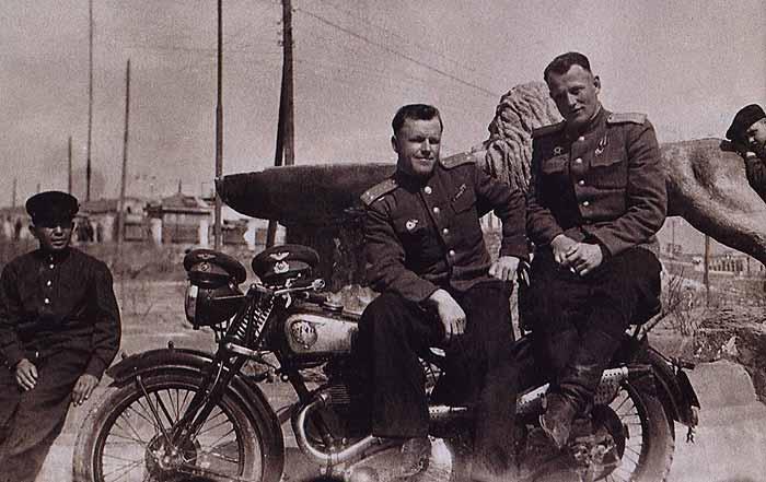Летчики с мотоциклом. 1943 г.