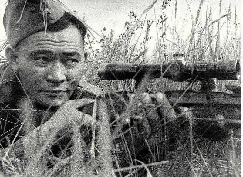 Снайпер Ибрагим Сулейменов на огневой позиции. Калининский фронт. 1943 г.