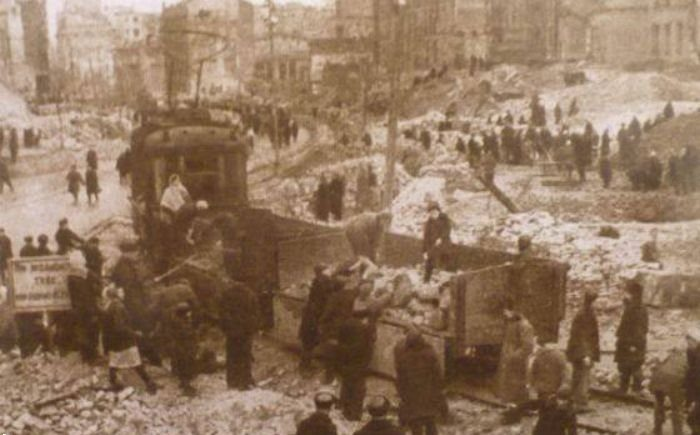 Работы по восстановлению города.