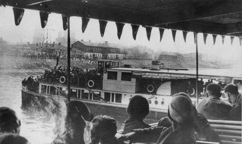 Москва-река у Краснохолмской набережной. Эвакуация москвичей осенью 1941 года.