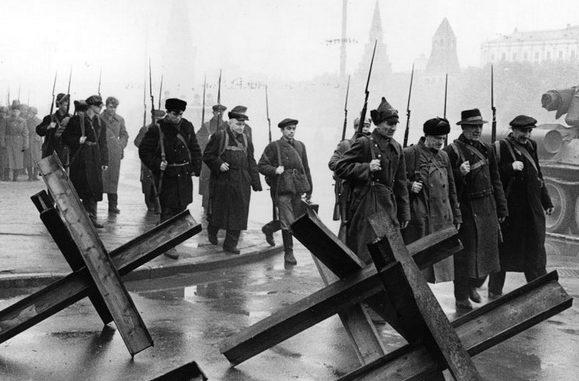 Бойцы истребительного батальона на Софийской набережной. Осень, 1941 г.